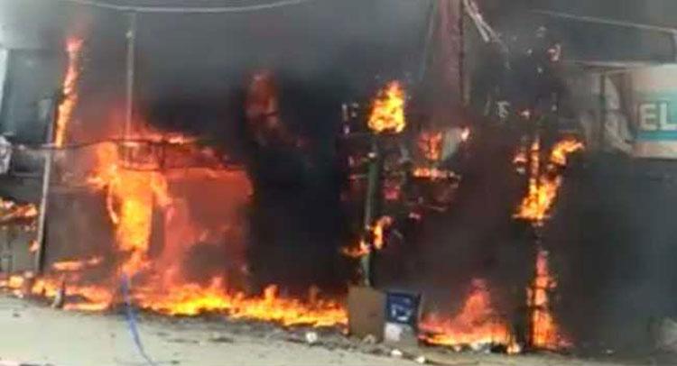 दिल्ली के गफ्फार मार्केट में आग, दो दुकानें खाक किसी के हताहत होने की खबर नहीं