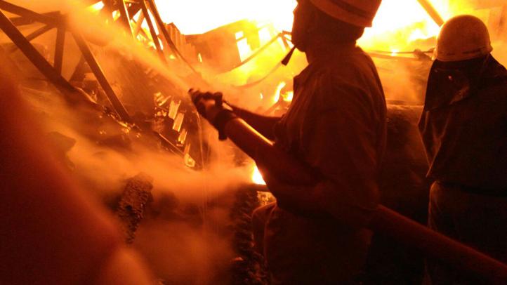 Video: बाहरी दिल्ली के खेड़ा कला के गोदाम में लगी भीषण आग