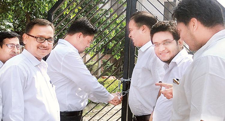 फैमिली कोर्ट के गेट पर ताला जड़ वकीलों ने किया प्रदर्शन