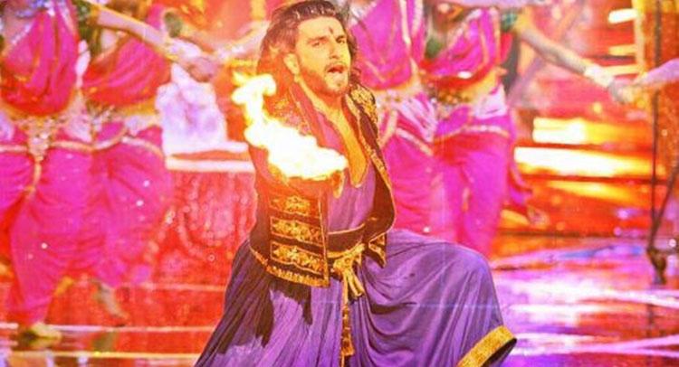 Video: रणवीर सिंह ने गाई आरती, बाबा रामदेव ने लगवाए वंदे मातरम के नारे
