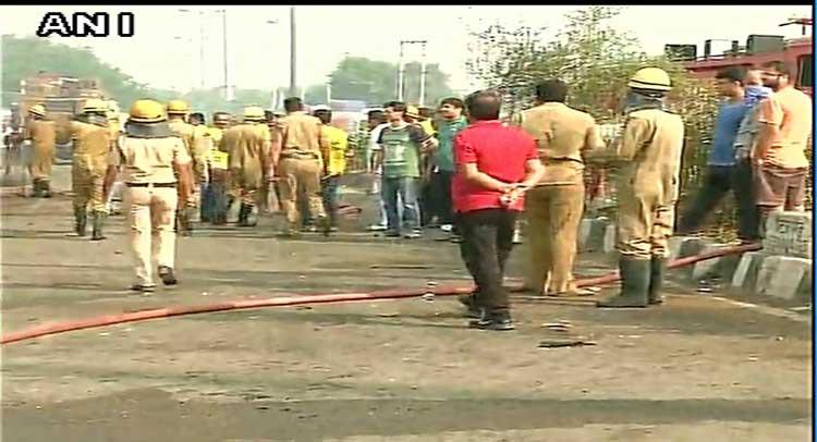 दिल्ली: मंगोलपुरी में तेल के गोदाम में लगी आग, फायर ब्रिगेड मौके पर