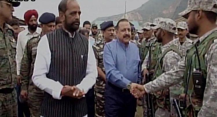 J&K: BJP मंत्री जितेंद्र सिंह और हंसराज अहीर ने अमरनाथ यात्रा के श्रद्धालुओं से की मुलाकात