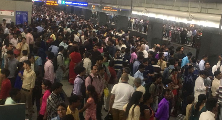 भैया दूज के मौके पर मेट्रो ने दिखाए नखरेे, तकनीकी खराबी से लोगों को हुई परेशानी