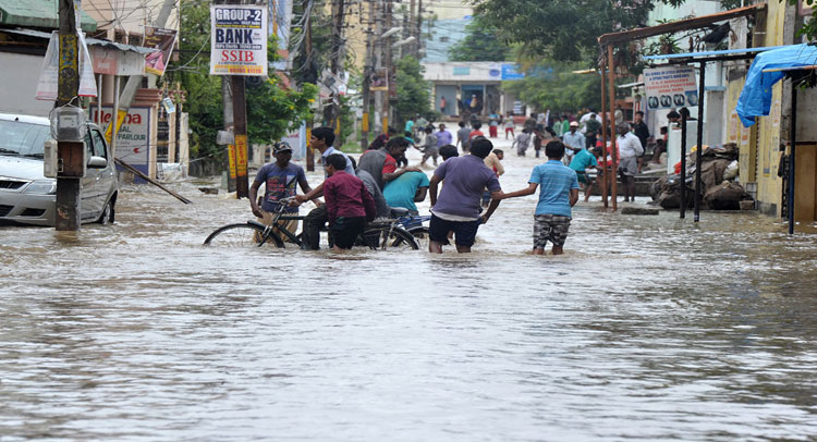 हैदराबाद में तेज बारिश का कहर, तीन लोगों की मौत
