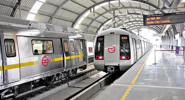 दिल्ली मैट्रो में कुल्हाड़ी लेकर किया प्रवेश,हमला करने की कोशिश की