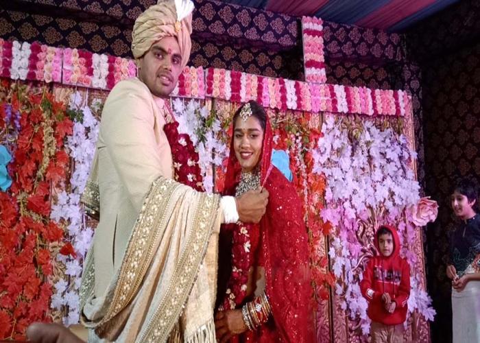 8 फेरे लेकर विवेक संग शादी के बंधन में बंधीं पहलवान बबीता फोगाट, देखें तस्वीरें