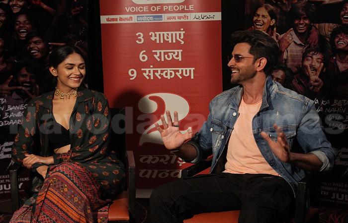 आनंद कुमार के रूप में रितिक रोशन 'जीनियस क्रिएट' कर रहे हैं।