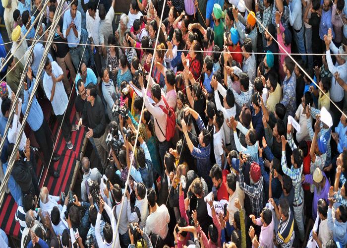 #Pics: सीलिंग से चिंतित व्यापारियों से मिलने पहुंचे CM केजरीवाल