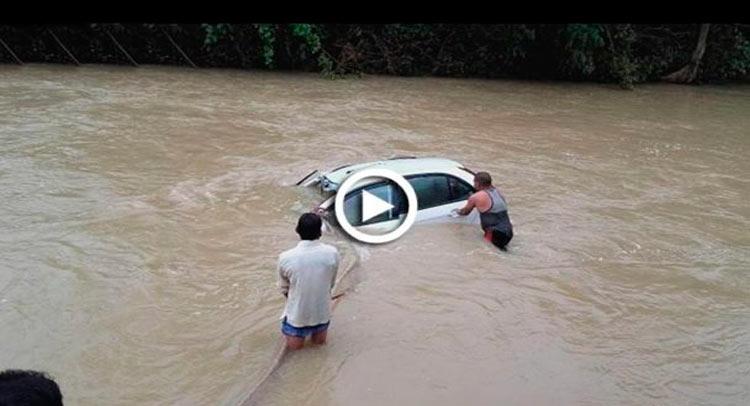 Video: महाराष्ट्र में आफत की बारिश, पानी में फंसे तीन लोगों की बचाई जान