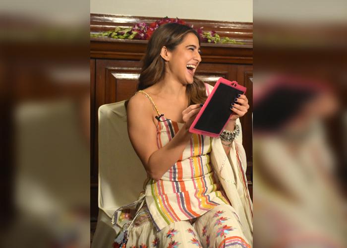 Love Aaj Kal के प्रमोशन के दौरान घूमर डांस करती नजर आईँ सारा अली खान, देखें Exclusive Pics