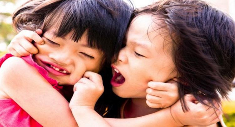 छोटी-छोटी बातों पर लड़ने वाले बच्चों को खुद सुलझाने दें झगड़े