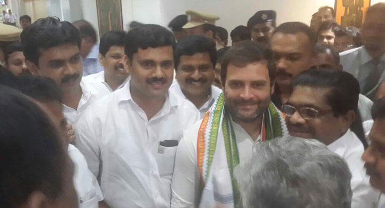 केरल मामले का आरोपी राहुल गांधी का करीबी, फोटो वायरल