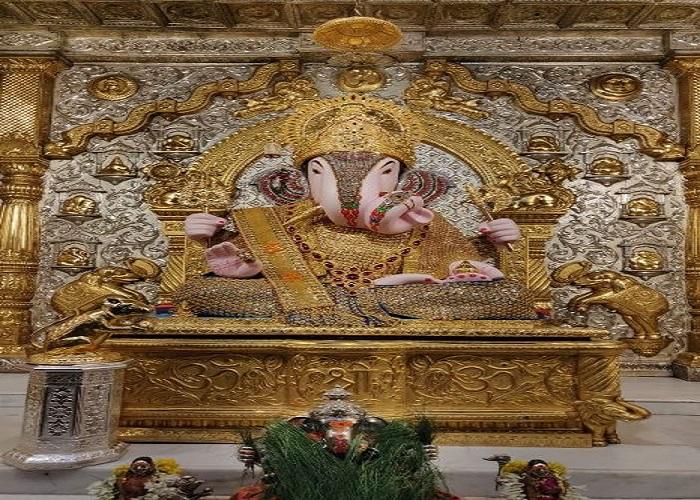 तस्वीरों में कीजिए, सिद्धिविनायक मंदिर से लेकर लालबाग के राजा के पंडाल में बप्पा के दर्शन...