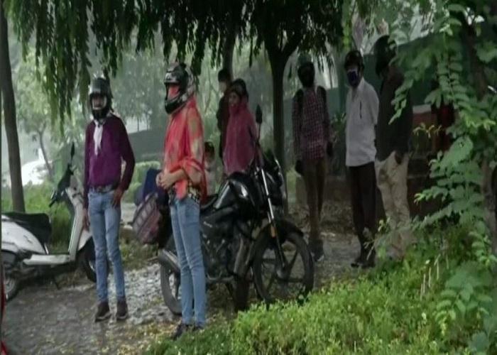 दिल्ली-एनसीआर में सुहाना हुआ मौसम, कई इलाकों में हुई हल्की बारिश, देखें तस्वीरें