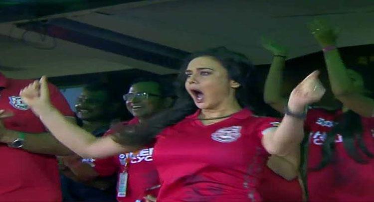अक्षर पटेल के रनआउट ने प्रीति जिंटा को झूमने पर किया मजबूर, देखें Video