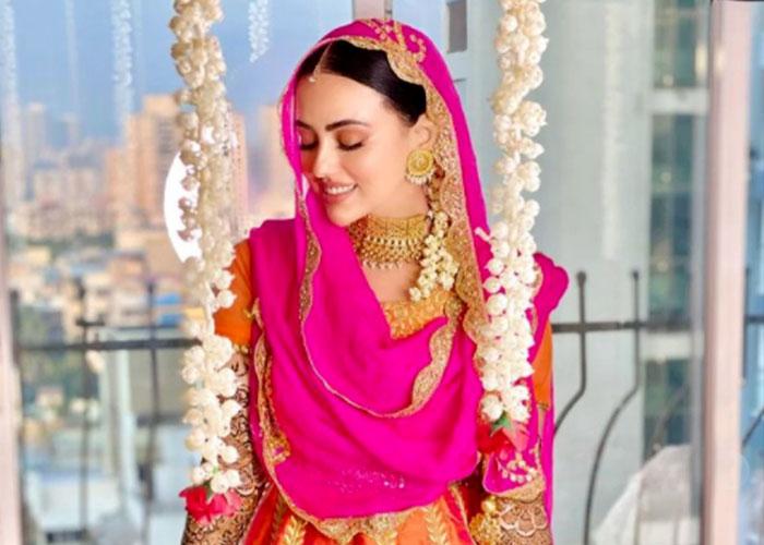 निकाह के बाद शौहर के साथ नकाब पहनकर घूमने निकलीं सना खान, Video हुआ वायरल