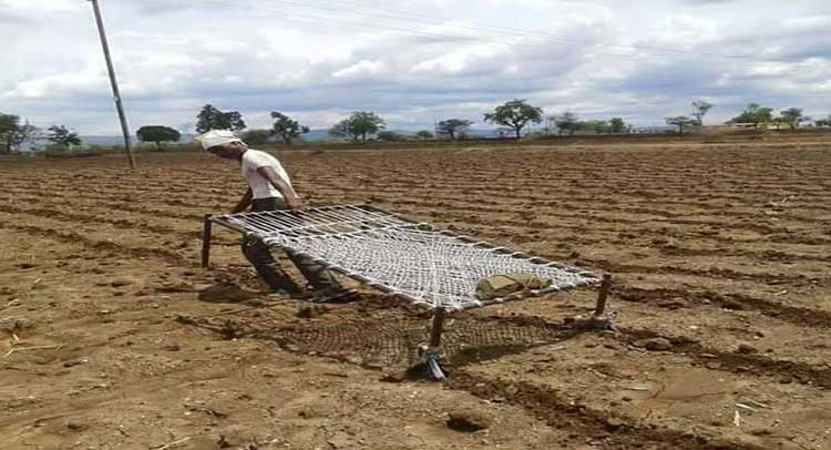 साहसी किसान का कारनामा, खटिया से जोत डाली जमीन