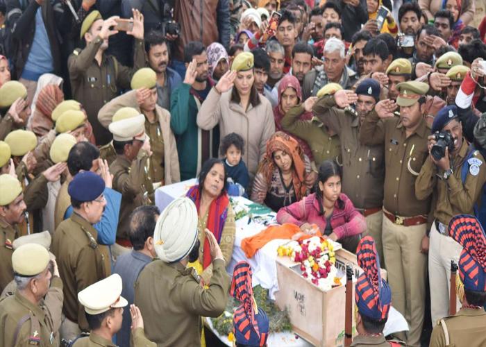 Pulwama Attack: CRPF के शहीदों को देश ने किया सलाम, लिखा हम नहीं भूलेंगे-हम नहीं माफ करेंगे, देखें तस्वीरें