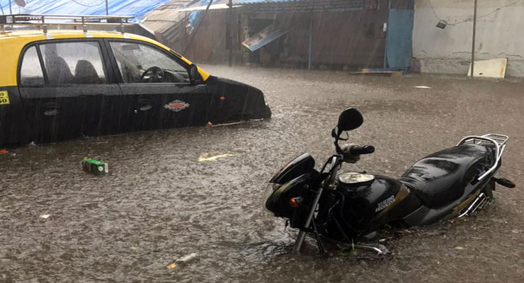 मुंबई में भारी बारिश का कहर: स्कूल-कॉलेज बंद, 11 ट्रेन रद्द, 56 फ्लाइट डायवर्ट