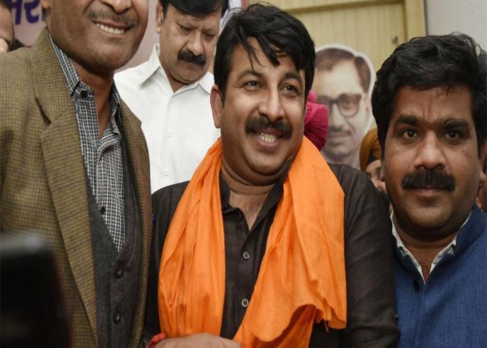 Manoj tiwari with supporters