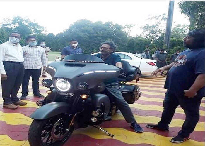 हार्ले डेविडसन Bike देख खुद को रोक नहीं पाए CJI बोबडे, देखें कितनी आकर्षक दिखती है ये Bike...