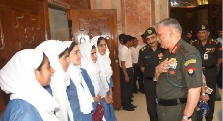 घाटी के छात्रों से मिले सेना प्रमुख, कहा- हिंसा खत्म करने को किताब, लैपटाप चुने