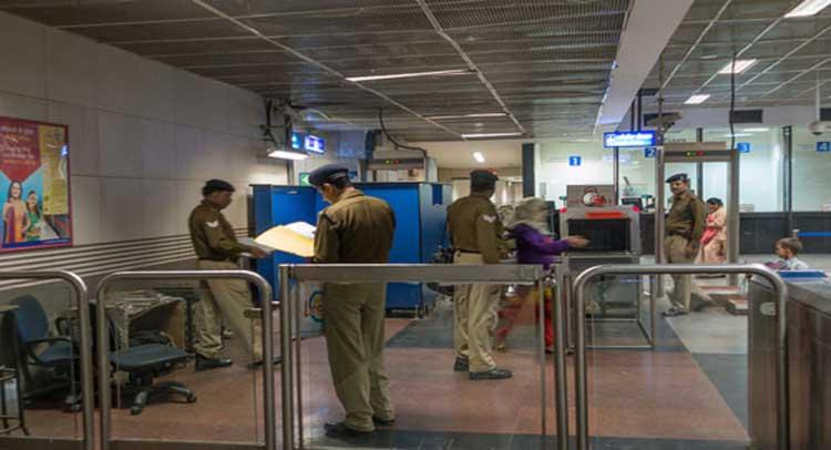 दिल्ली मेट्रो में तैनात CISF के जवान ने ईमानदारी की मिशाल पेश की, लौटाए 80,000