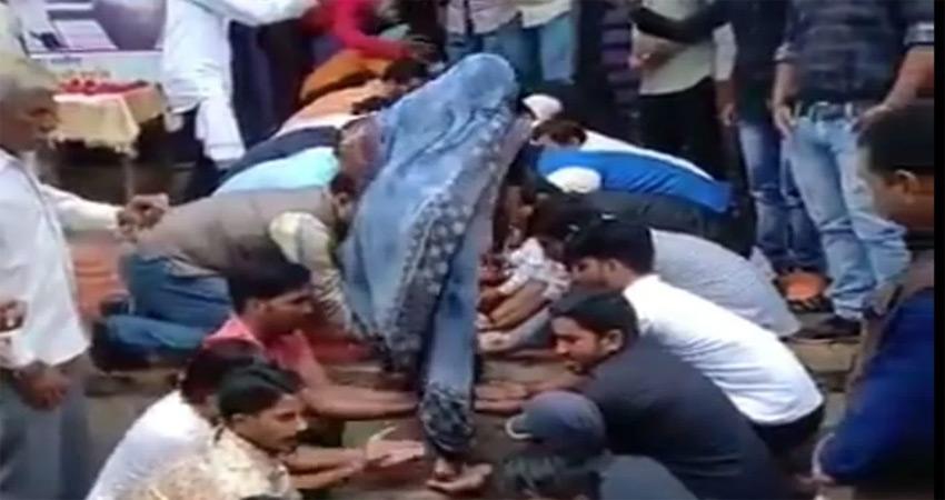 मध्यप्रदेश: शहीद की पत्नी को घर का तोहफा, हथेलियों पर कराया गृह प्रवेश