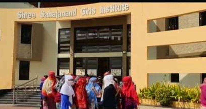 गुजरात में शर्मनाक घटना : 68 छात्राओं के मासिक धर्म की जांच, कपड़े उतरवाए