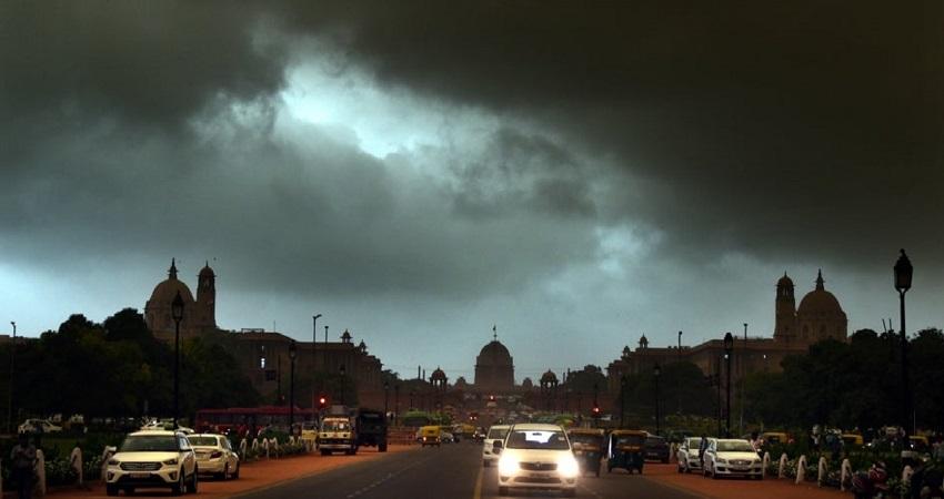 दिल्ली में देर रात भूकंप के बाद आई तेज आंधी और बारिश, जानें आज कैसा रहेगा मौसम