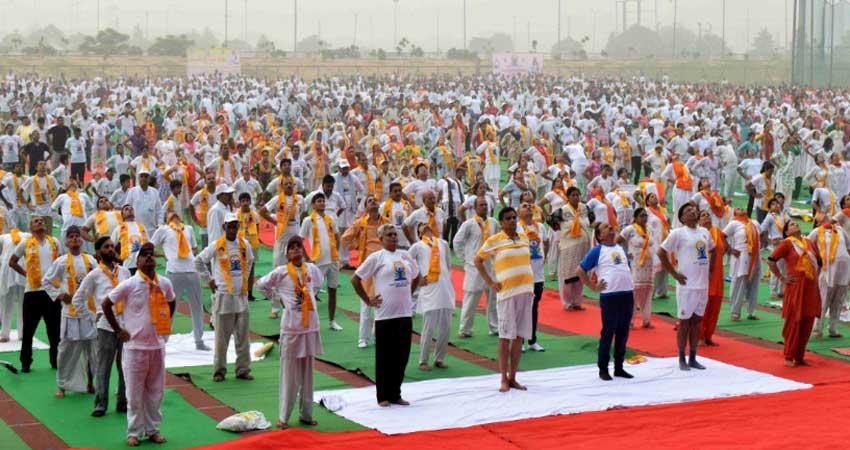 बाबा रामदेव ने योग दिवस पर बनाया विश्व रिकॉर्ड, दो लाख लोगों के साथ कर रहे हैं योग