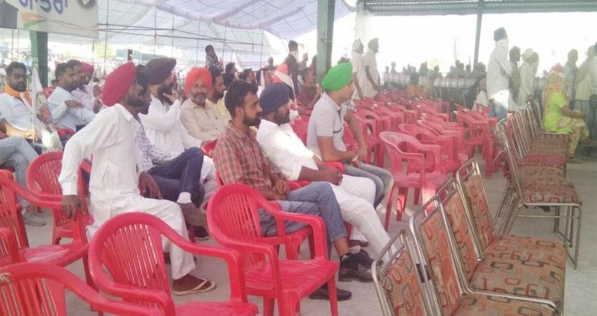 राहुल गांधी की ''खेती बचाओ'' रैली में दिखे सिर्फ ट्रैक्टर, भाषण के दौरान कुर्सियां रहीं खाली