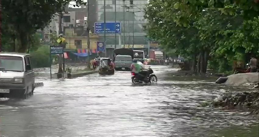 दिल्ली-NCR में भारी बारिश से सड़कें बनी तालाब, गुरुग्राम पुलिस की सलाह- घर से बाहर न निकलें