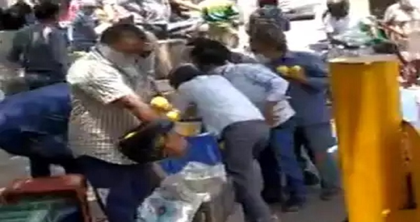 शर्मनाक! आम की रेहड़ी लूटने के लिए लड़कों ने लगाया कोरोना संक्रमण का आरोप