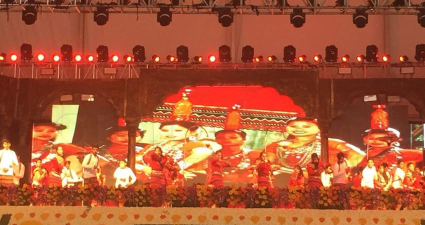 गोरखपुर महोत्सव: मालिनी अवस्थी के कार्यक्रम में बेकाबू हुई भीड़, पुलिस ने किया लाठीचार्ज