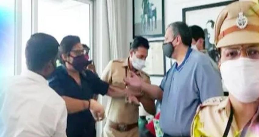 मुंबई पुलिस ने अर्णब गोस्वामीको लिया हिरासत में, घर पर मारपीट का आरोप