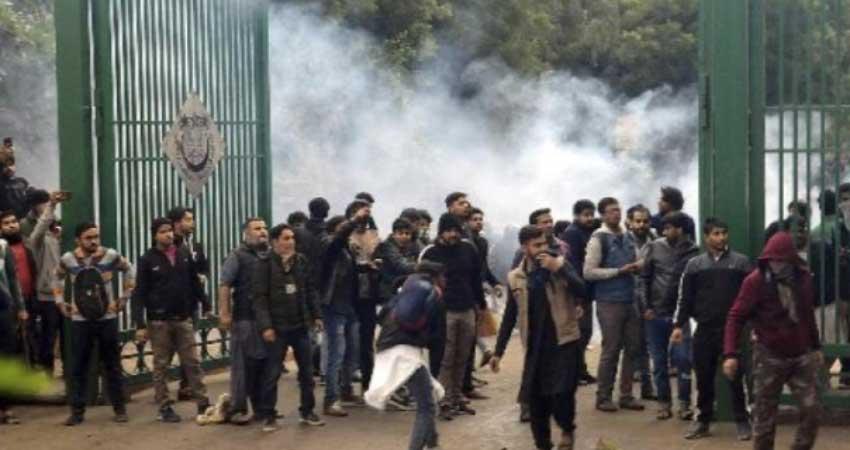 CAA के खिलाफ जामिया के छात्रों का प्रदर्शन हुआ उग्र, मीडियाकर्मियों से की मारपीट