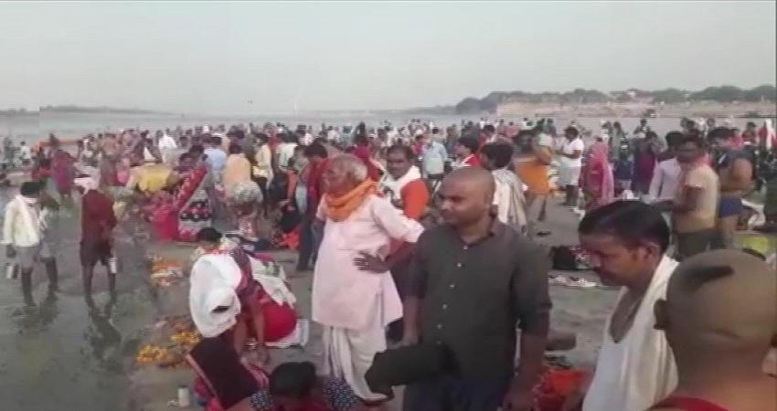 UP: धार्मिक स्थल को खोलने की नहीं मिली अनुमति फिर भी गंगा स्नान के लिए जुटी सैंकड़ों की भीड़