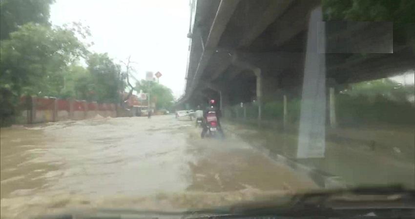 दिल्ली में भारी बारिश के चलते कई इलाकों में सड़कें जलमग्न, राहगीरों को हो रही परेशानी