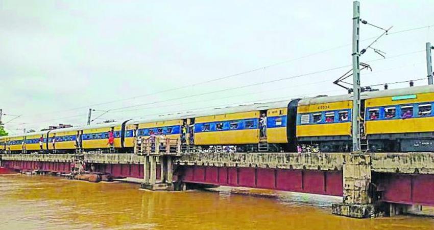 बिहार बाढ़: फिर बढ़ा पुनपुन नदी का जलस्तर, इस रेल रूट पर आवाजाही स्थगित