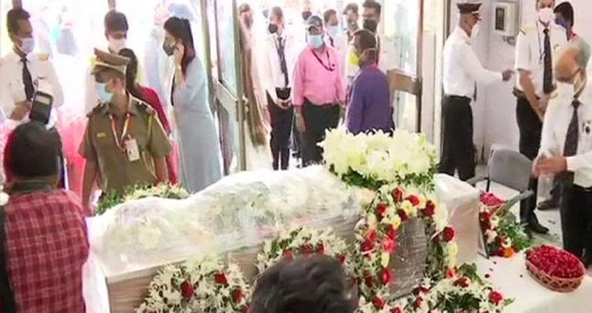 केरल विमान हादसा: 16 लोगों के पार्थिव शरीर परिजनों को सौंपे, कैप्टन साठे का कल होगा अंतिम संस्कार
