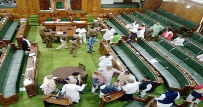 बिहार: विधानसभा से सड़क तक हंगामा, सदन में घुसी पुलिस, विधेयक के खिलाफ स्पीकर का घेराव
