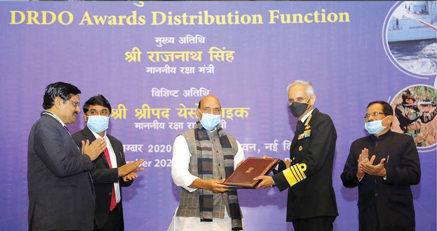 रक्षा मंत्री ने सशस्त्र बलों के प्रमुखों को DRDO की प्रणालियां सौंपी, नौसेना प्रमुख को मिली ये जिम्म