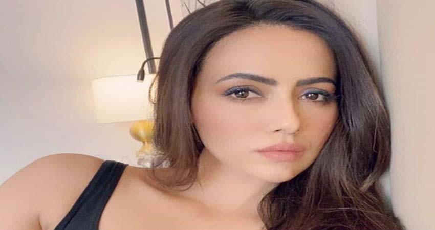 बुर्ज खलीफा में गोल्ड प्लेटेड कॉफी एन्जॉय करती दिखीं सना खान, देखें खूबसूरत फोटोज
