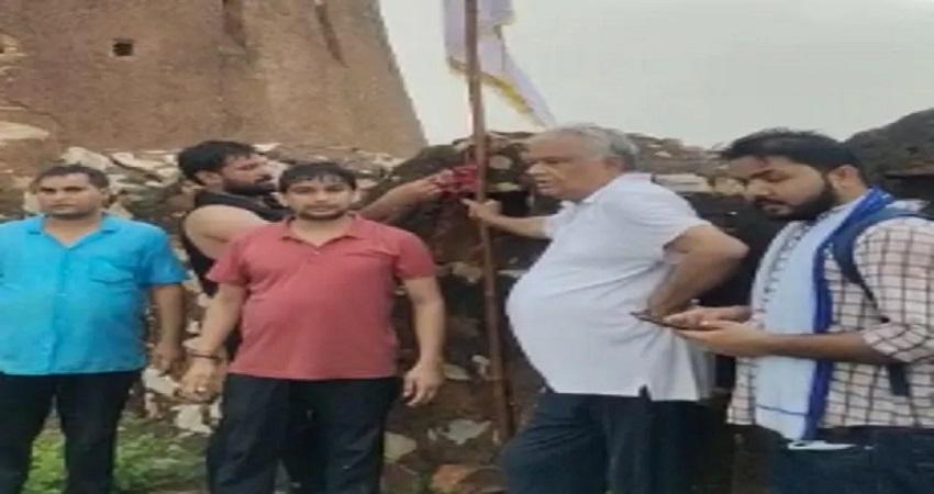 राजस्थान के आमागढ़ किले पर BJP सांसद ने जबरन फहराया झंडा, हिरासत में लिए गए