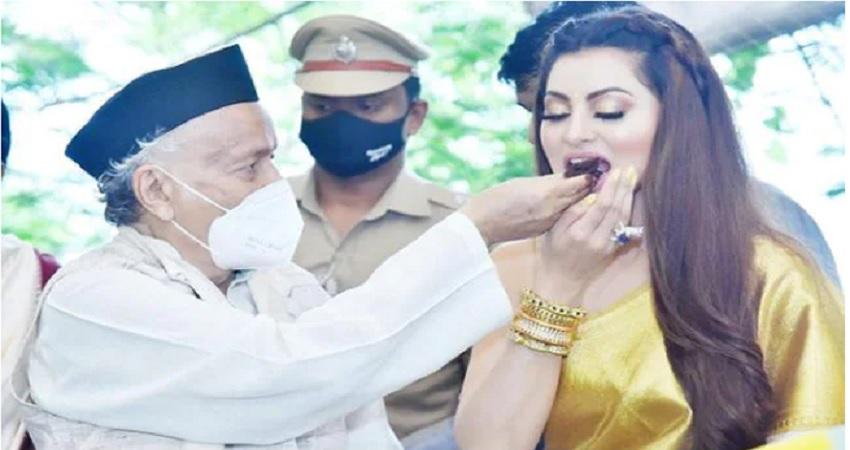 PICS: उर्वशी रौतेला को मिला ''स्त्री शक्ति राष्ट्रीय पुरस्कार'', राज्यपाल ने खिलाया केक