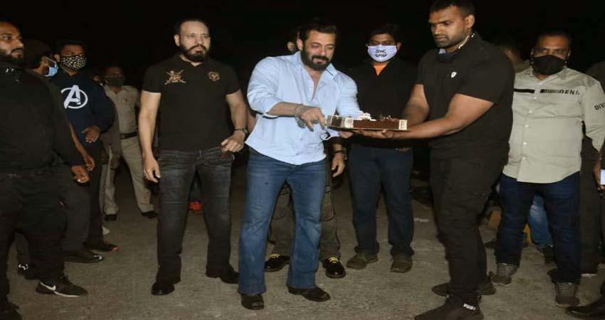 सोशल मीडिया पर वायरल हुआ सलमान खान का वीडियो, केक कट करने के बाद जताई चिंता