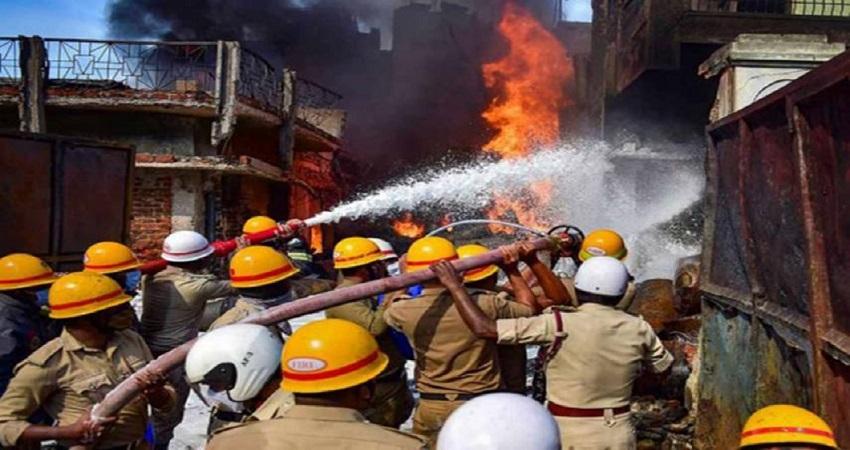 दिल्ली: दिलशाद गार्डन स्थित MTNL ऑफिस के नजीदक एक फैक्ट्री में लगी भीषण आग