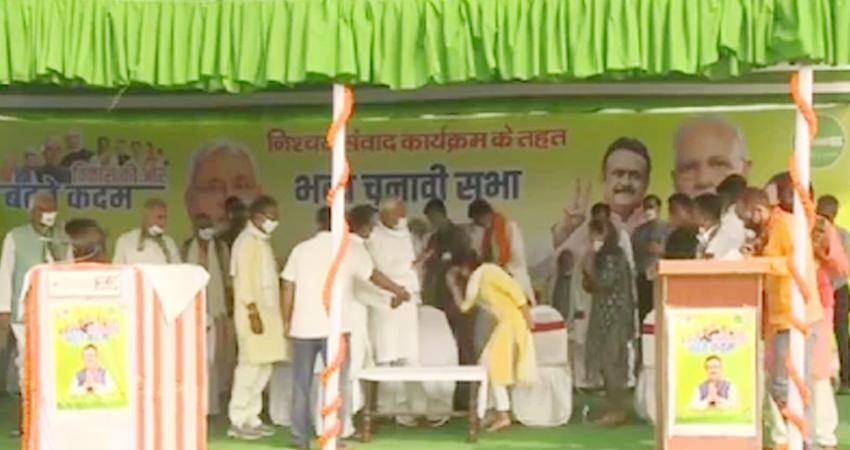 Bihar Election 2020: तेजप्रताप की पत्नी ऐश्वर्या ने छुए CM नीतीश के पैर, कही ये बात