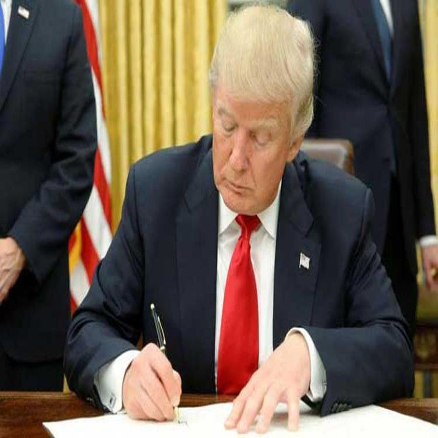 ट्रम्प ने 692 अरब डॉलर के अमरीकी रक्षा बजट पर किए हस्ताक्षर